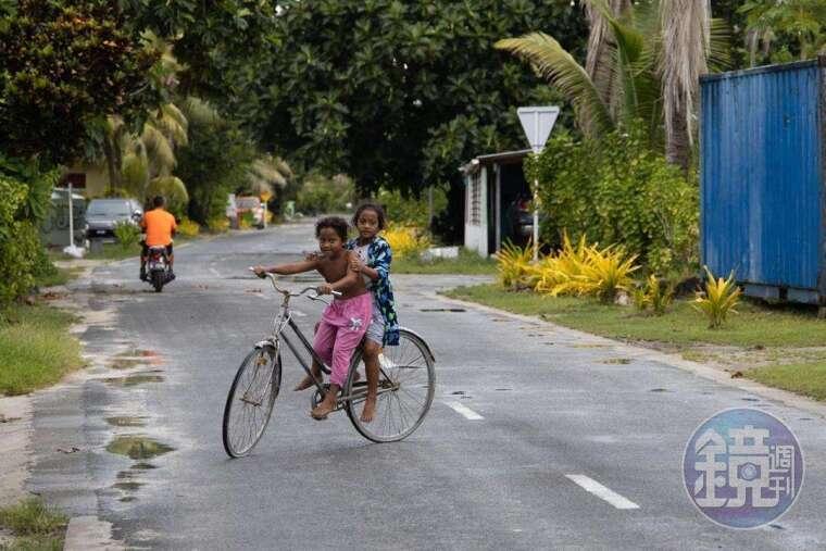 吐瓦魯的生活娛樂不多,孩子們常在陸上玩耍。