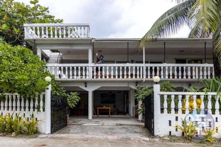 兩層樓的L's Lodge,已是規模最大的旅店,還能代訂外島的小船。
