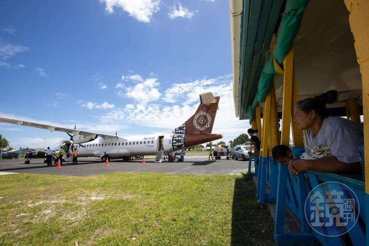 當地人的樂趣之一,就是看飛機起降,因為一週只有兩次機會可以看到。