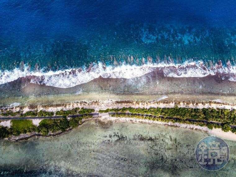 主島富那富提最窄的地方,道路兩側都是大海。