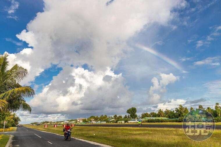 某一日下雨過後,機場跑道上出現大大的彩虹。
