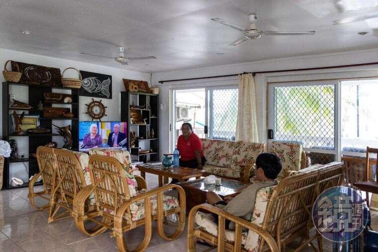 旅店的客廳空間,吐國自製電視只有一台,其餘全是海外頻道,大約只有10個可選擇。
