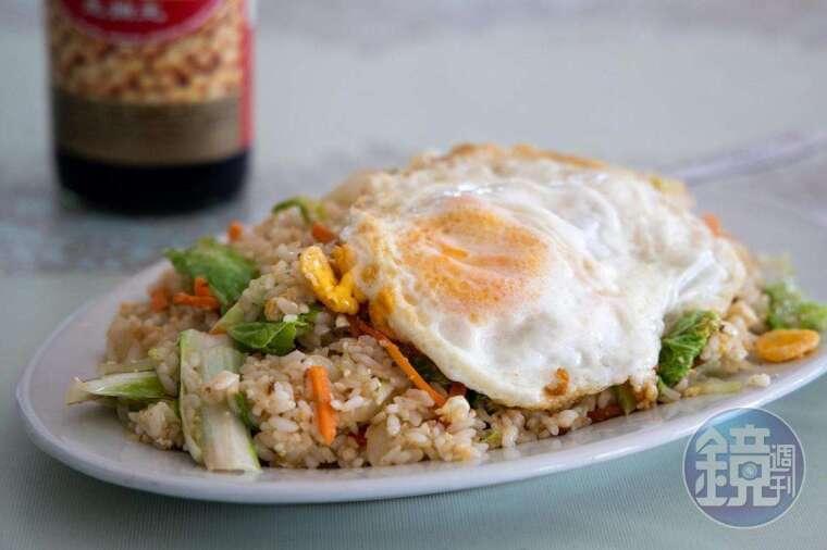 吐瓦魯台灣駐外人員最常吃的炒飯,簡單加個荷包蛋就是一餐。(澳幣10元起,約NT$200)