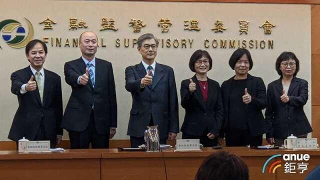 黃天牧(左3者)三個月內提台灣金融長治久安「六大興利方案」。(鉅亨網記者陳蕙綾攝)