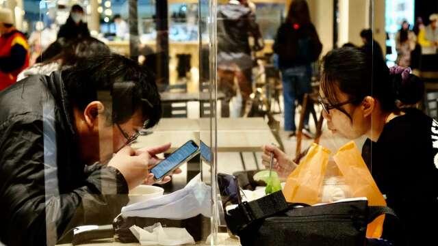 6/7起解封 雙鐵、電影院免梅花座可用餐 陳時中:戴口罩要內化。(圖:AFP)