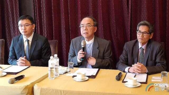 左起為律師林文鵬、友訊獨董馮忠鵬及鐘祥鳳。(鉅亨網資料照)