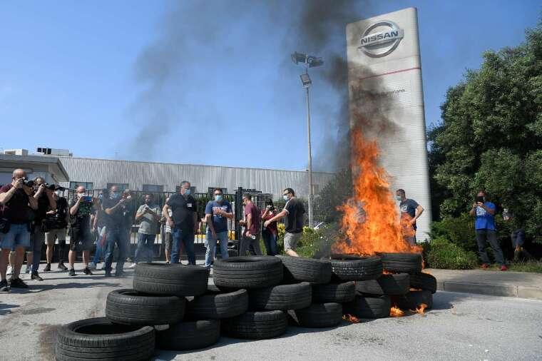 日產宣布工廠關閉後,工人們於巴塞隆納工廠前焚燒輪胎表達抗議 (圖:AFP)