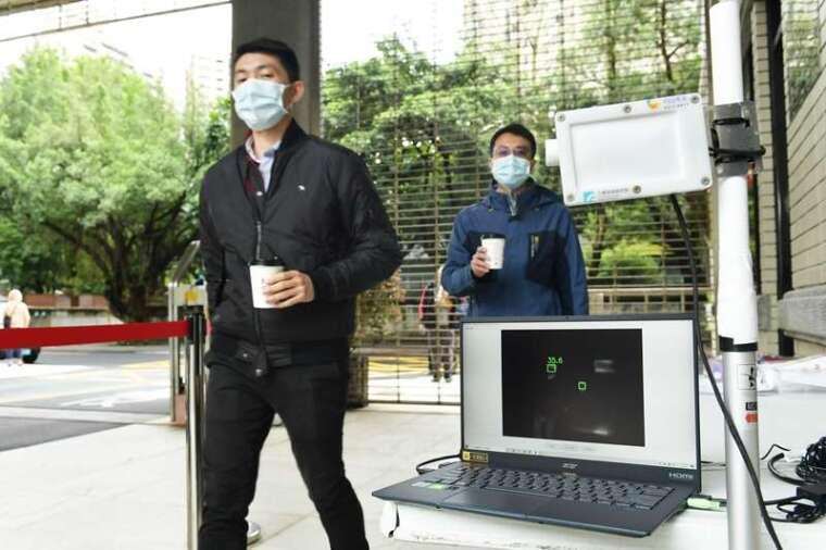 工研院「熱影像體溫異常偵測技術」具「AI 人工智慧辨識」,可直接鎖定人臉偵測額溫,不必擔心手拿熱飲、熱食造成誤判。