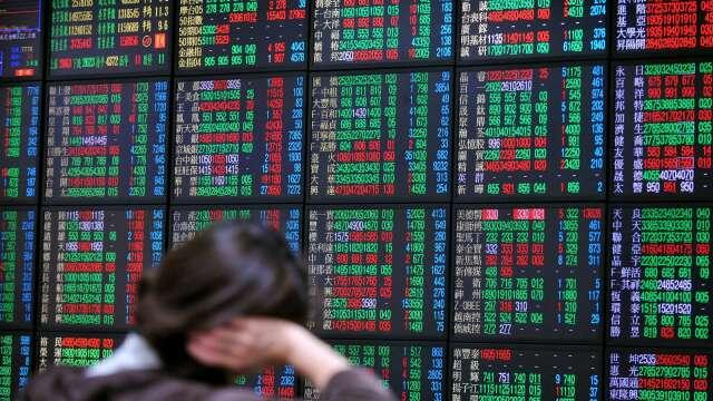 台股尾盤爆量小跌作收 三大法人土洋對作賣超92億元。(圖:AFP)