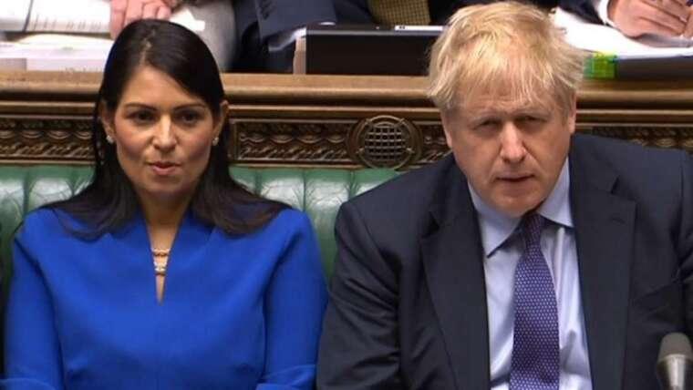 英國首相強生 (右) 和內政大臣 Priti Patel(左)。(圖: AFP)