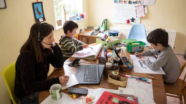 疫情期間,大眾改為居家辦公和上課。(圖片:AFP)