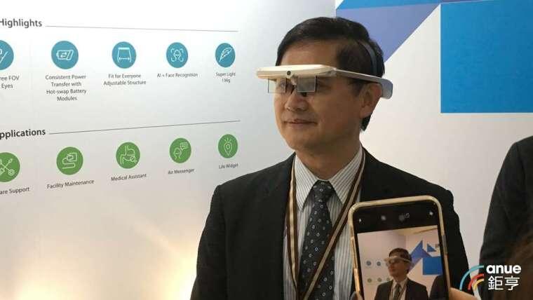 和碩董事長童子賢 2019 年年度發表會上試戴 AR 眼鏡。(鉅亨網記者劉韋廷攝)