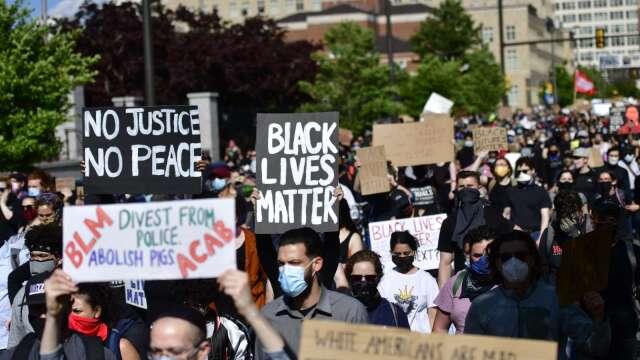 美國各地示威頻傳 一張圖看次社會動盪和美股反應 (圖:AFP)