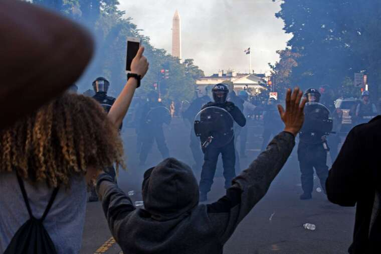 川普演說時白宮外的情況。(圖: AFP)