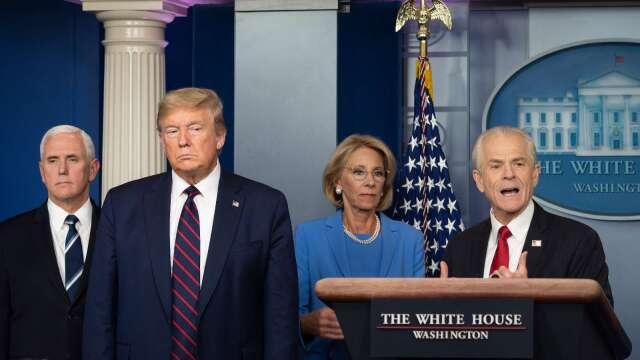 川普指派貿易顧問納瓦羅 (右一) 為負責談判的龍蝦大王 (圖片:AFP)