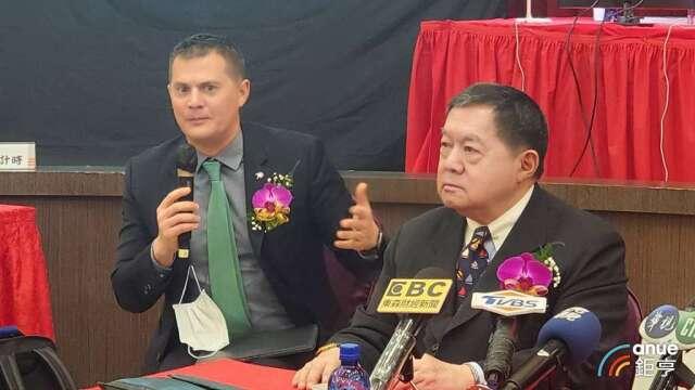 裕民董事長徐旭東(右)和執行副總徐國安(左)。(鉅亨網記者王莞甯攝)