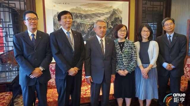 陽明經營團隊,左3為董事長謝志堅。(鉅亨網記者王莞甯攝)