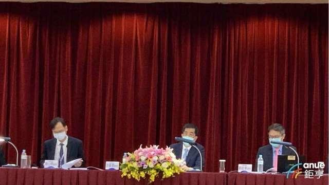 聯電董事長洪嘉聰(中)、共同總經理簡山傑(左)、財務長劉啟東(右)。(鉅亨網記者林薏茹攝)