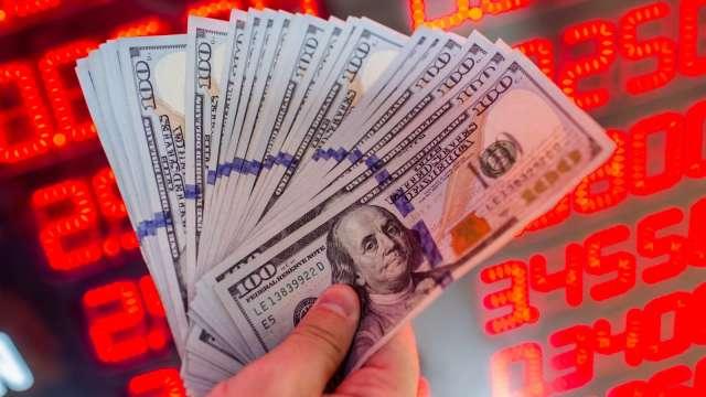 搶美元商機,公股銀推網銀理財享雙率優惠。(圖:AFP)