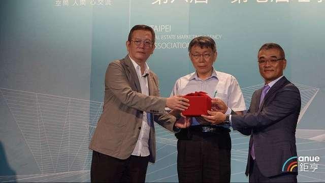 海悅總經理王俊傑(右一)今接任台北市不動產代銷公會理事長。(鉅亨網記者張欽發攝)