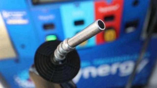中油:國內汽、柴油價格明日零時起各調漲0.8元 (圖片:AFP)
