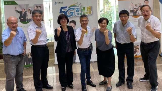 中華電總經理郭水義(中)親自蒞臨校園招募面談會。(圖中華電提供)