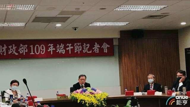 財政部長蘇建榮(左二)。(鉅亨網記者郭幸宜攝)