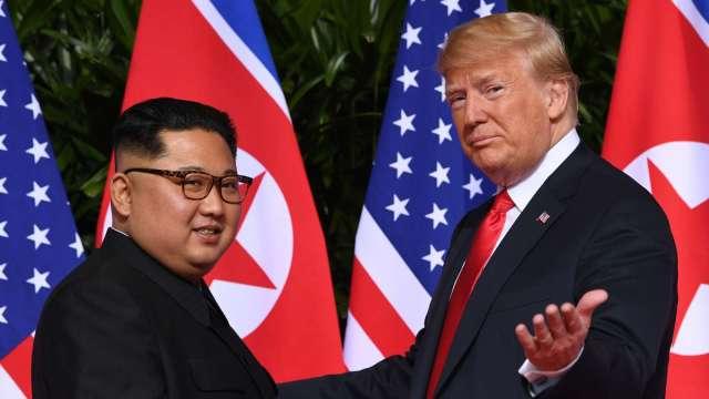 川普 (右)曾與金正恩分別在2018年與2019年舉行三次歷史峰會。(圖片:AFP)