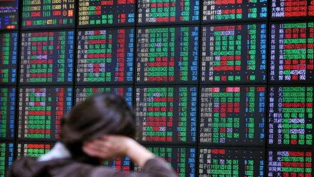 台股今 (17) 日開高後震盪翻黑,電子權值股回檔休息,資金流向傳產及中小型股。(圖:AFP)