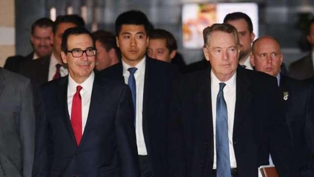 美國貿易代表萊特海澤(右)表示,財長梅努欽(左)已退出與歐洲之間的數位稅談判。(圖:AFP)