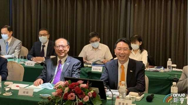 上銀集團總裁卓文財(前左)、上銀科技董事長卓文恒(前右)。(鉅亨網記者林薏茹攝)