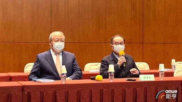 廣達董事長林百里(右)、副董事長梁次震(左)。(鉅亨網記者劉韋廷攝)