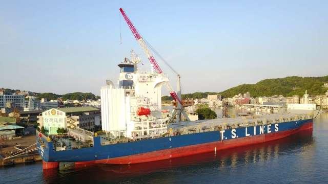 台船為德翔海運貨櫃輪加裝脫硫器。(圖:台船提供)