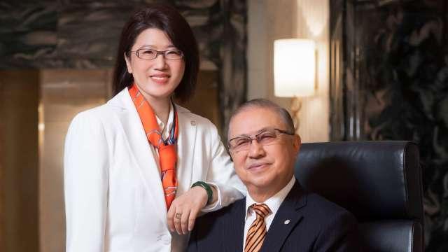 王道銀行董事長駱怡君(左)、王道銀行榮譽董事長駱錦明(右)。(圖:王道銀行提供)