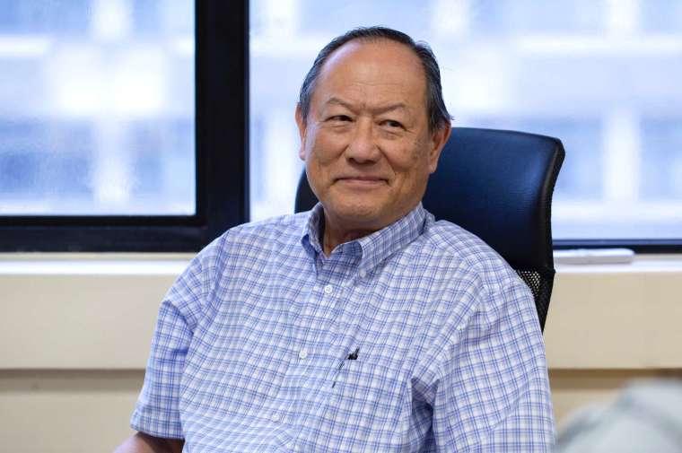 中研院錢嘉陵院士,任教於美國約翰霍普金斯大學,並為 Jacob L. Hain 講座教授,專注於磁性、超導體、自旋電子學和納米結構材料的研究。錢教授不但是美國物理學會和美國科學促進學會的會士,榮獲美國物理學會的大衛阿德勒獎 (David Adler Award),更得到國際物理與應用物理聯盟 (IUPAP) 磁學獎與奈爾獎章 (Néel Medal)。 攝影│林洵安