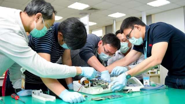 工研院在17天內從無到有,組裝成功臺灣第一台醫療級呼吸器原型機,讓臺灣從倚賴進口,升級到擁有自主生產能力。(圖:工業技術資訊月刊提供)
