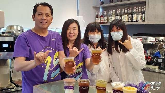六角董事長王耀輝(左1)和執行副總王麗玉(左2)。(鉅亨網資料照)
