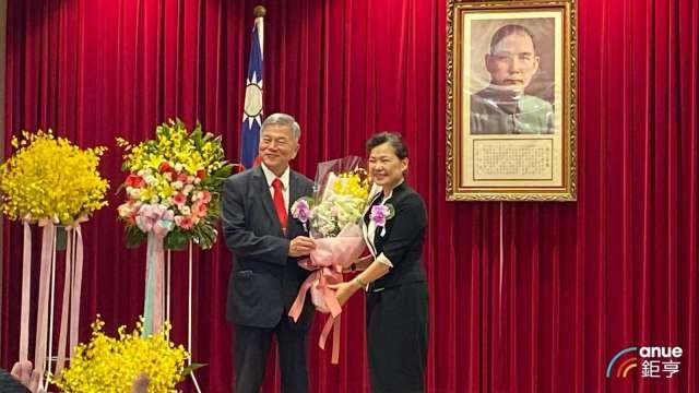 王美花(右)接任經濟部長,後疫情時代振興成考驗。(鉅亨網記者劉韋廷攝)