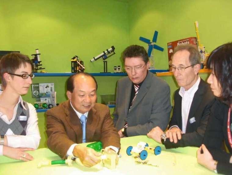 林文彬成功研發可充電太陽能超級馬達組,被法國幼稚園指名用來教孩子認識太陽能發電。(智高提供)