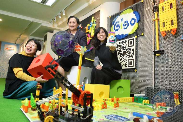 王麗珠(中)繼承先生職志,領 2 位女兒將智高積木品牌發揚光大。
