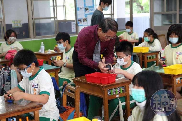 智高積木既是玩具也是教具,台中國小透過實作課程,讓孩子徹底搞懂抽象槓桿、齒輪、滑輪原理。