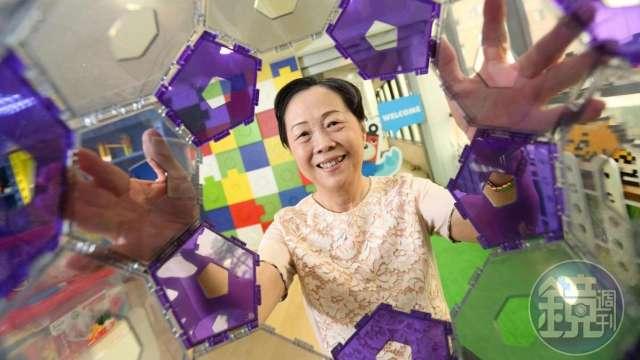 智高實業從玩具積木起家,後轉型成科學教具,董事長王麗珠將先生創辦的事業發揚光大,去年堆砌出4.5億元年收。