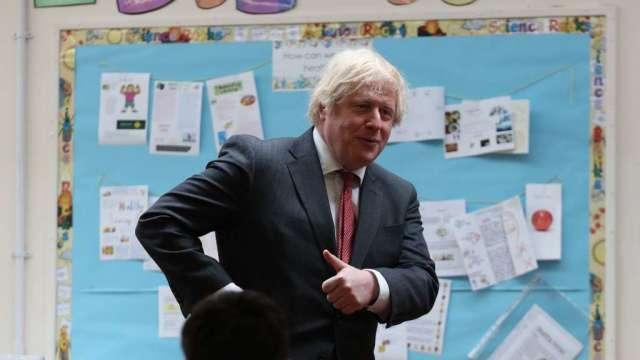 英國首相強生:週二將宣布是否再放鬆防疫規定 (圖:AFP)