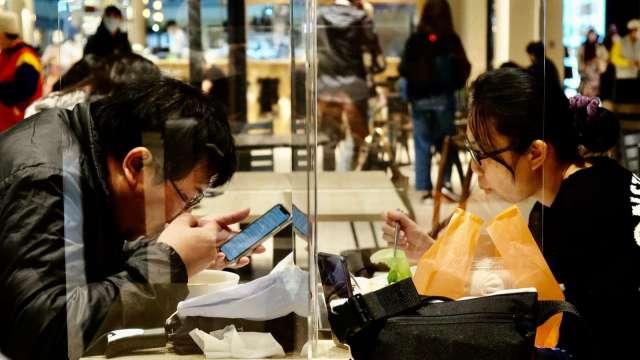 迎解封商機,5月餐飲業營業額月增29%,創有紀錄來最大增幅。(圖:AFP)