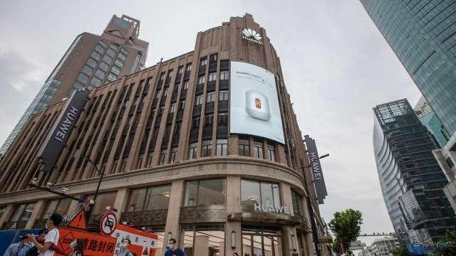 華為最大旗艦店上海開業 正面挑戰蘋果、三星  (圖片:AFP)