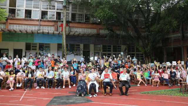 長虹教育基金會、鹿樂平台與雙溪國小全校師生的閱讀時光。 (圖/財團法人長虹教育基金會提供)