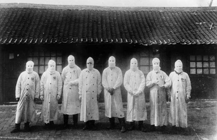 伍連德是近代第一個改良、宣導配戴口罩防疫的公衛專家,「伍式口罩」成為滿州鼠疫的防護標誌。這場瘟疫之戰也讓他獲得諾貝爾獎提名,成為華人史上第一人。 圖片來源│Institut Pasteur/Archives Henri Mollaret,universityl pf cambridge
