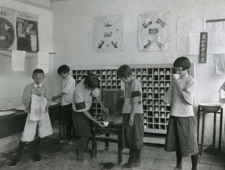 1920-30 年代,著名公衛學家蘭安生與同事們,教導學童使用個人水杯、毛巾。衛生運動影響了生活用具,同時,這些器皿也改變我們切身的身體習慣與感受,建構出全新的衛生感和自我認同。 圖片來源│洛克斐勒檔案中心(Rockefeller Archive Center)