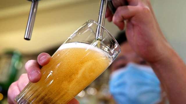 美佛州單日染疫激增!全州酒吧禁販售酒類(圖片:AFP)