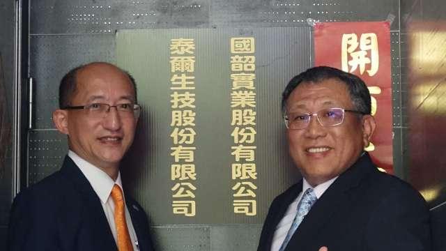 明基透析總經理暨國韶實業董事長黃士修(左),以及總經理林育民。(圖:佳世達提供)